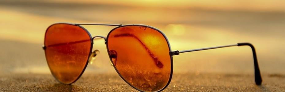 Une paire de lunette de soleil